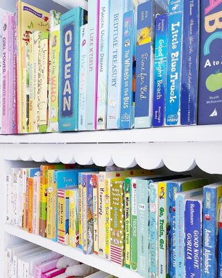 Scalloped bookshelves stocked with color sorted baby books? That's a major yes for us! 🤗  Organizing sweet little spaces like this one always puts a smile on our face - hopefully yours too ☺️