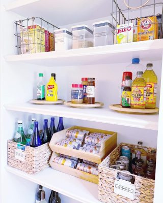 Some pantry eye candy to close out the week 😍  We just ❤️ figuring out the perfect product mix to create beautiful and functional pantries for our clients.   Everything here is easy to see, and easy to access - and that's how we like it 🙌🏼