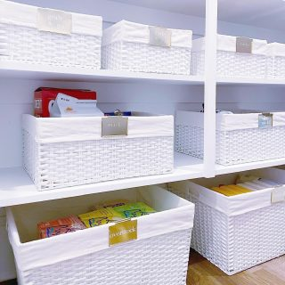White kitchen with brass fixtures? Meet white pantry with brass labels! 😘  We pride ourselves on making sure that the spaces we organize match the overall aesthetic of our clients' homes. It should all flow seamlessly! ⭐  With so many great organizing products available, there's no reason for any organized space to stick out in your beautiful home. 😍