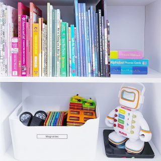 Loving this happy little nook from a playroom refresh 🌈  Large bins (labeled, of course) are a playroom must for easy clean-up and you know we can never resist some ROYGBIV book organization 🙃  If your playroom is lacking happy little nooks (🤣) - we can help!