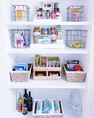 Gangs all here! This pantry space shows how we can mix and match some of our favorite products to create a beautiful result. 😍  Our goal is to always make it as easy to see things as possible. Here that's made possible with risers, open stackable containers, and wire bins. 💯