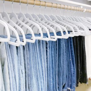 Is there such a thing as a denim rainbow? We say yes, and it's a pretty sight to see 💙 🖤🤍   We organized this client's collection by shade and then used our favorite slimline hangers to arrange them 👖❤️