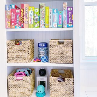 You can never have too much storage in a playroom! These shelves were perfect for board games and baskets of toys 🌈 🧸