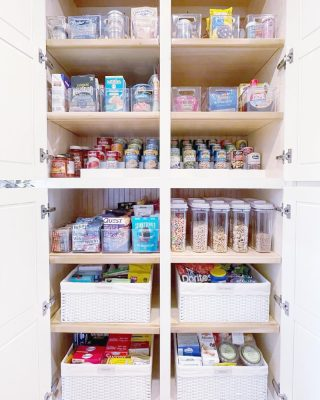 There's just something about starting the week organized, stocked up, and ready to tackle whatever comes your way 💪🏼 You're unstoppable!  ...until Monday morning hits and real life happens. BUT - at least you've still got an organized pantry and snacks 😂