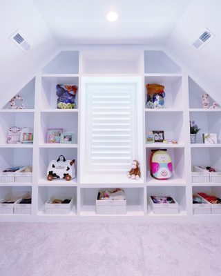How lucky are the two little girls who get to call this their closet!? We may be a tad jealous 🥰 These amazing built-ins were the perfect space to display some special sentimental items, and also house accessories in our favorite labeled white baskets for easy access!