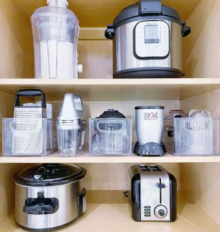 Whenever we organize a kitchen, we create zones 👌This makes it easy to find what you need, when you need it 👨🍳  Are all of your appliances in one accessible space in your kitchen?