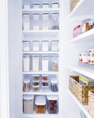 Channeling the fresh and organized energy of this pantry at the end of a hot week, deep in the dog days of summer 🥵  The clear canisters and perfect spacing has us feeling cooler and more relaxed already ☺️