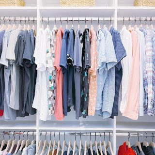 Matching hangers that are perfectly spaced take this closet to the next level 💯