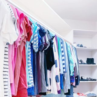 Our favorite way to organize a closet is to categorize by style and then by color 🌈 😍