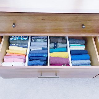 May your Monday be as efficient as this file folded t-shirt drawer 👊🏼  We used adjustable drawer dividers to maximize the space and provide structure for the different sections. 👕  Have you seen our recent reel about how to fold a t-shirt like a pro? Be sure to check it out! 🤩