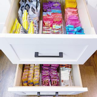 We organized the most amazing pantry today! Can't wait to share more! These drawers full of grab & go snacks are a must-have for this family of four who are always on the go 🏃♀️